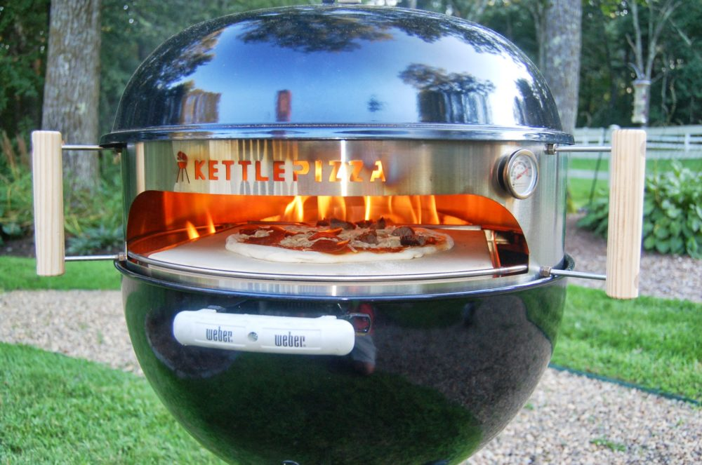 Read more about the article KettlePizza – Deluxe USA Pizza Oven Kit