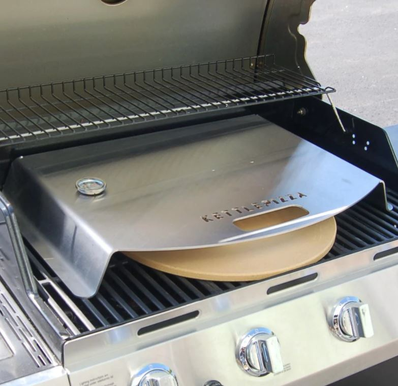 Read more about the article KettlePizza –  Gas Pro Deluxe Pizza Oven Kit